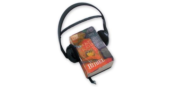 Bijbel en hoofdtelefoon