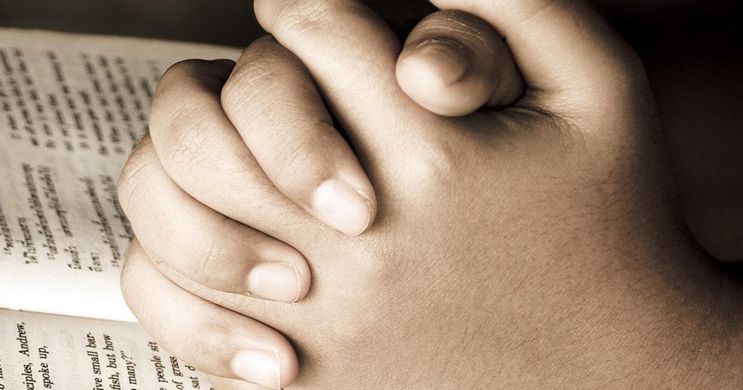bidden gevouwen handen