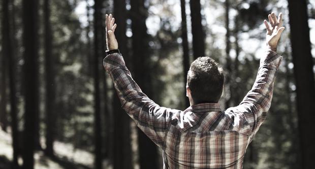 bidden met geheven handen