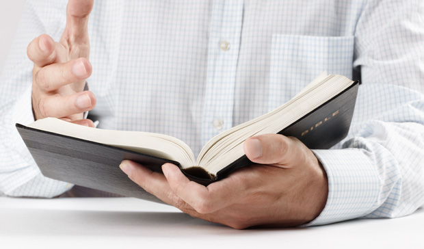 open bijbel wordt gelezen