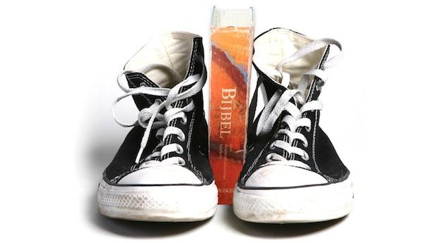Bijbel met schoenen