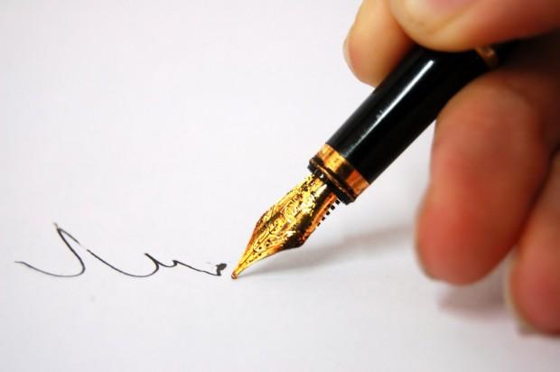 schrijvende hand met vulpen