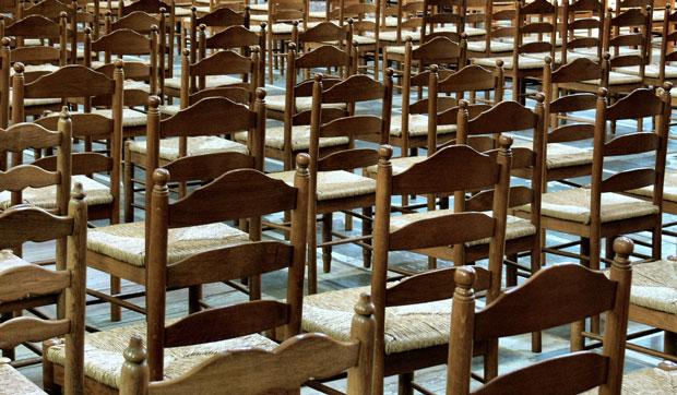 lege kerkstoelen