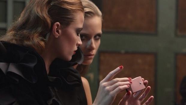 Twee vrouwen met een telefoon
