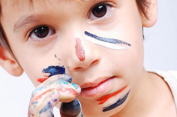 kind met verf op het gezicht