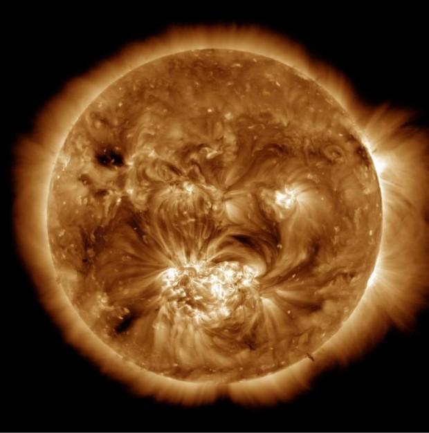 De atmosfeer van de zon (oppervlakte 6000 graden Celcius, de kern is 15 miljoen graden)