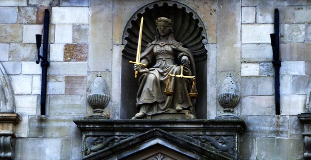 vrouwe justitia bij de kerk