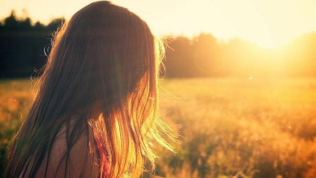 kijkend naar de zon