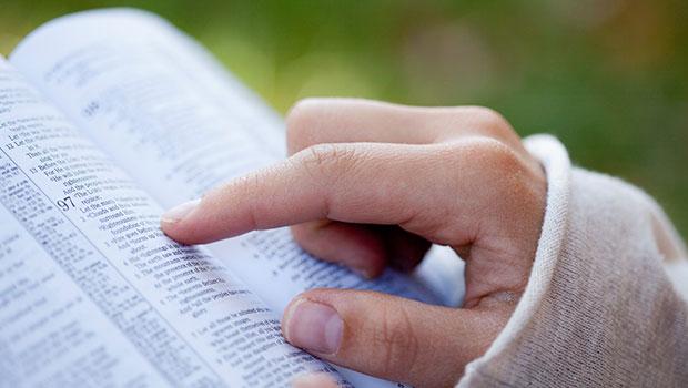 Vrouw leest de Bijbel