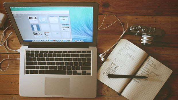 bureau met computer en schrijfblok