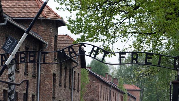 """Auschwitz, het bekende teken """"Arbeit macht frei"""" bij de ingang"""