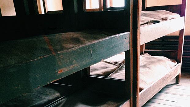 Auschwitz, slaapplekken in barakken in kamp 1