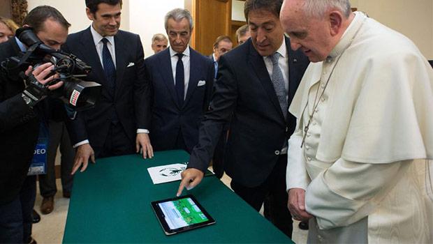 paus Franciscus met ipad