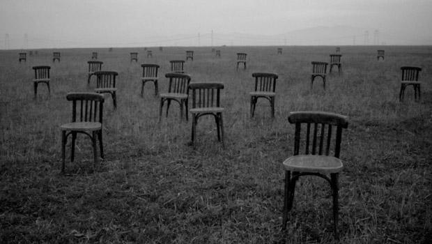 stoelen in veld