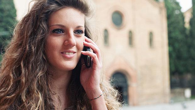 Vrouw bellend voor een kerk