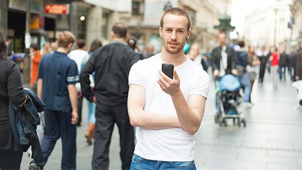 jongen met smartphone in stad