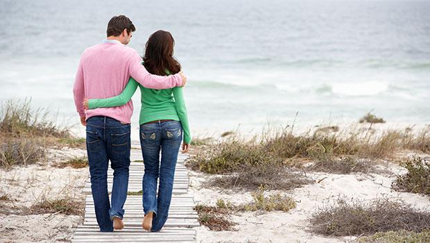 verliefd stelletje bij het strand