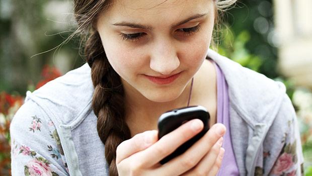 meisje kijkt op smartphone