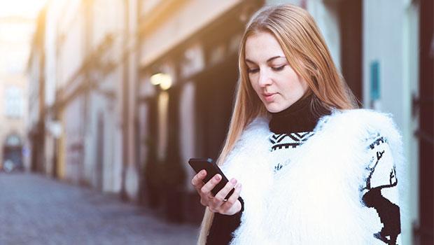 vrouw met smartphone in stad