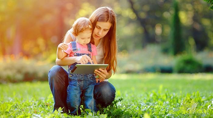 moeder en kind lezen op ipad