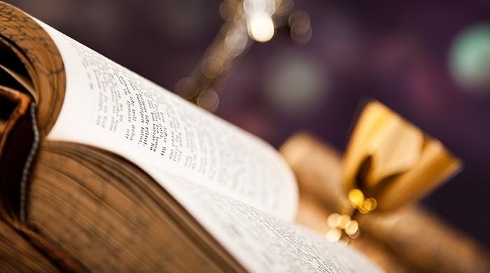 opengeslagen bijbel bij communie