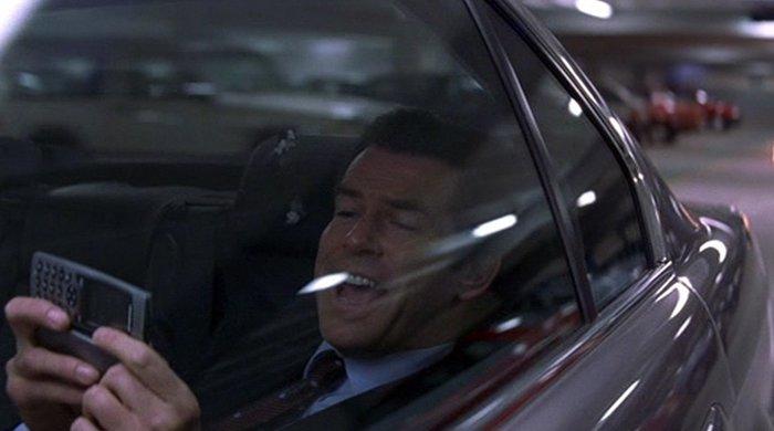 james bond bestuurt auto met telefoon