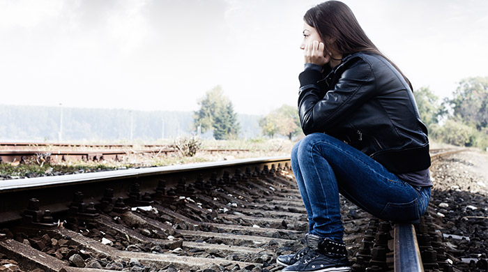 triest meisje kijkt voor zich uit