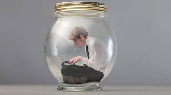 man opgesloten in glazen pot