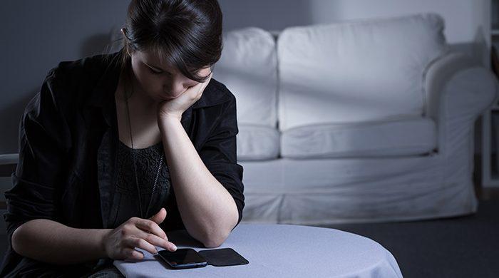 depressief, somber op de smartphone