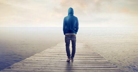Eenzame man op een steiger