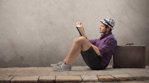 man leest een boek