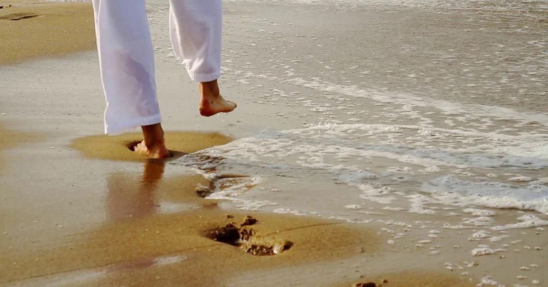 Wandelen langs het strand
