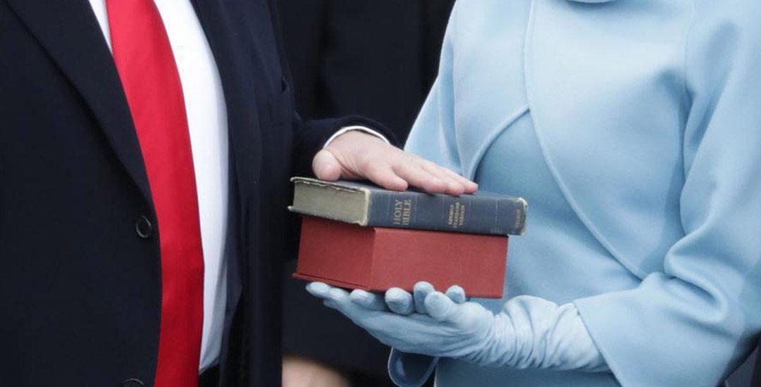 Donald Trump houdt de hand op de Bijbel bij inauguratie