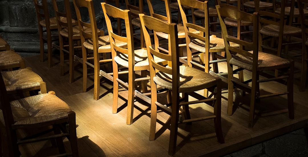 lege stoelen in de kerk