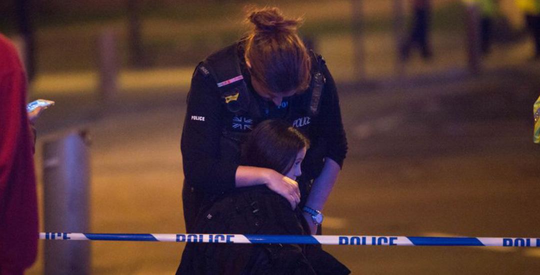 Politie officier troost een kind na aanslag in Manchester