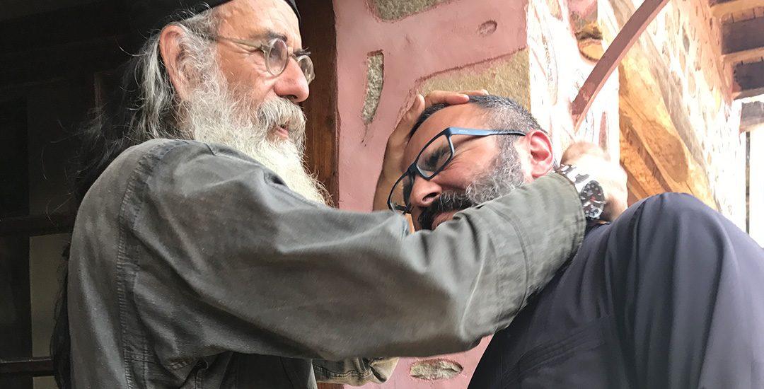 Father Makarios kraakt de nek van mijn vriend Alexander bij aankomst in Marouda