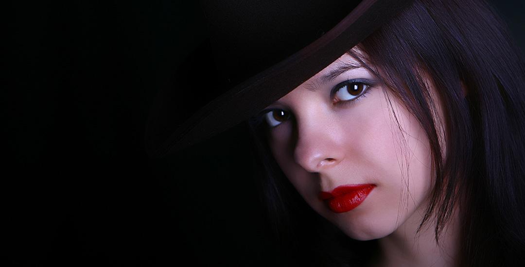vrouw met donkere ogen