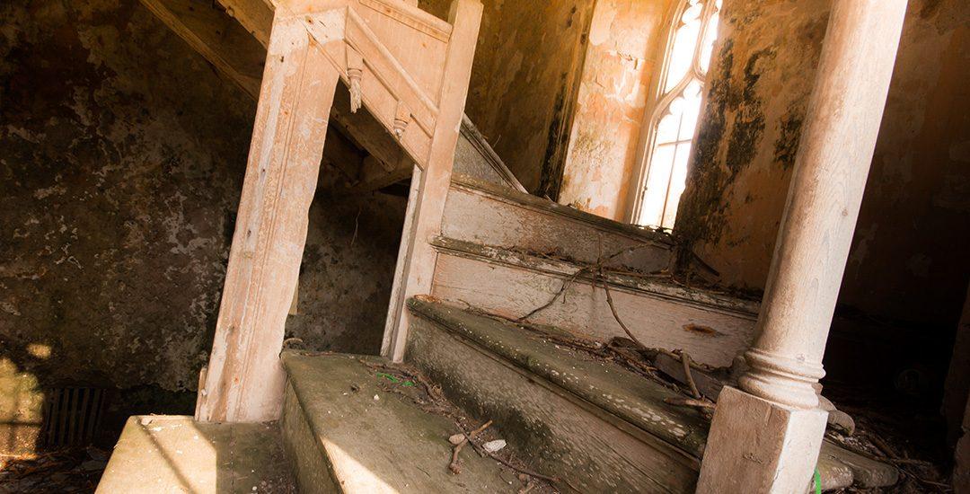trap in ruine van oude kerk