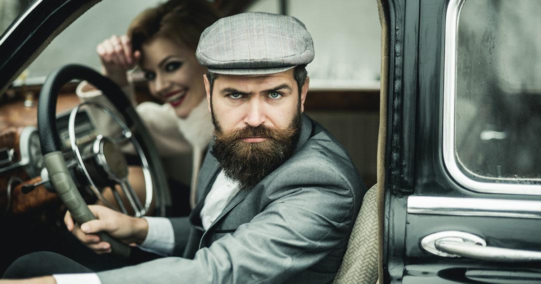 man en vrouw in auto