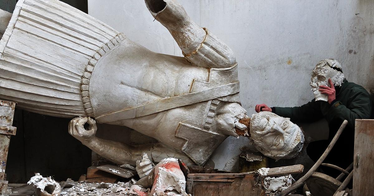 gebroken standbeeld