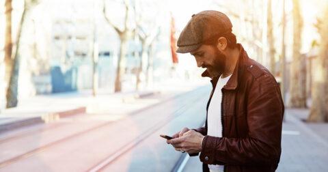 Man leest op zijn smartphone