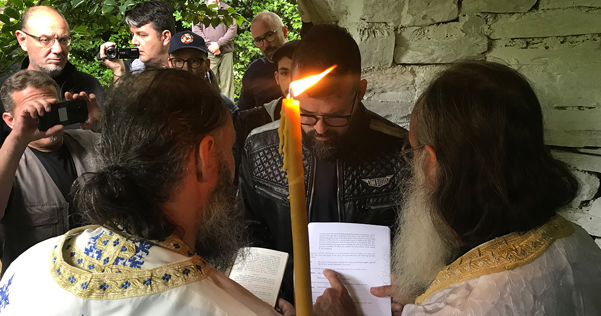 Tijdens de liturgie van de doop in Marouda