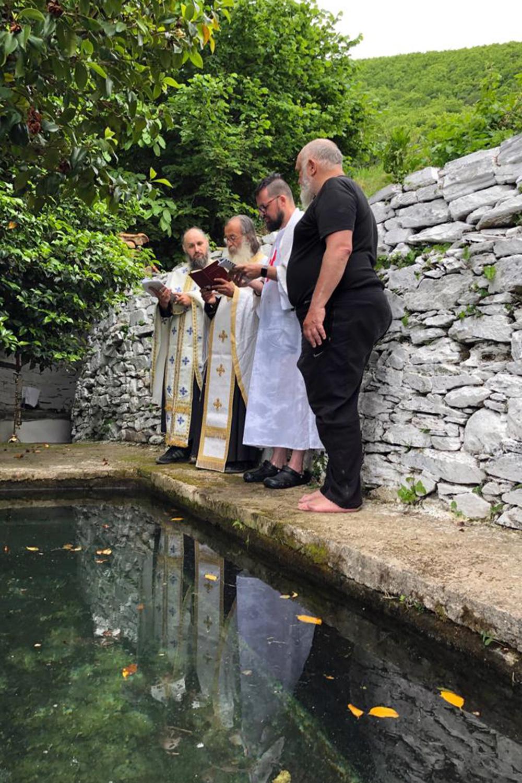 Na de doop naast het doopbad