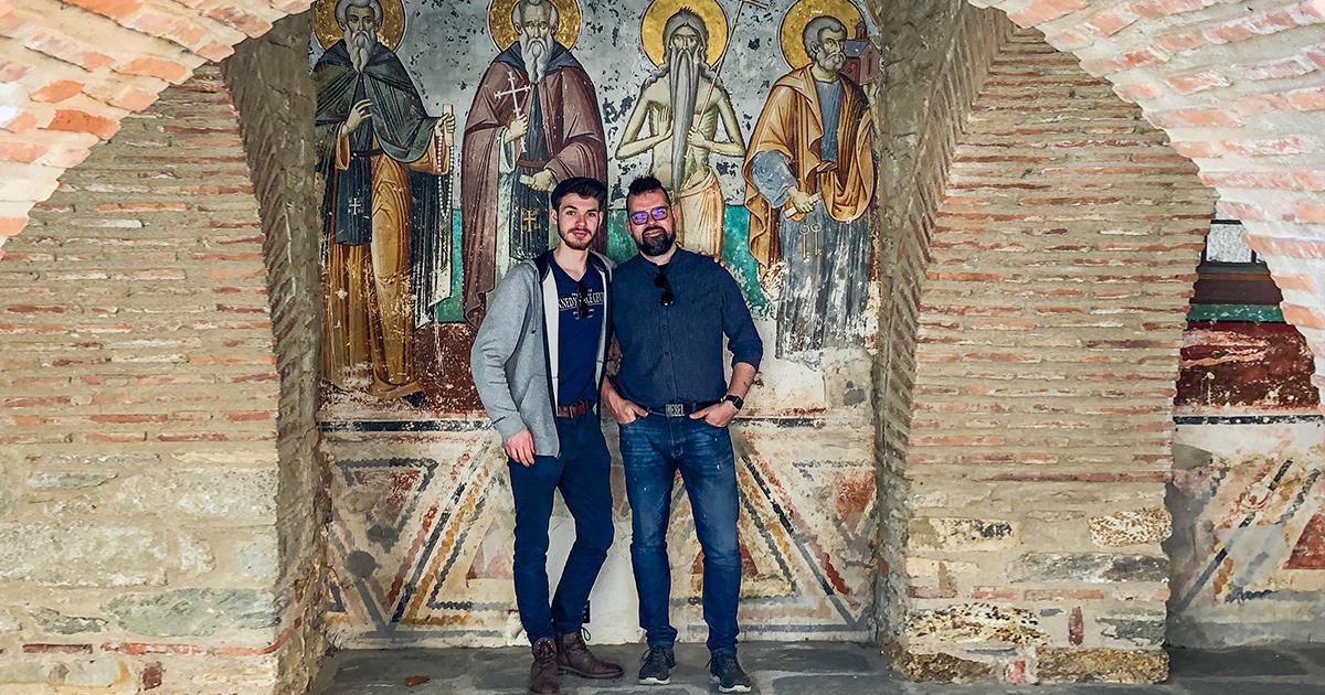 Levi en Wouter bij Axion Estin, de orthodoxe kerk van het icon van de Moeder Gods, de oudste kerk van Athos, in het stadje Karyes.