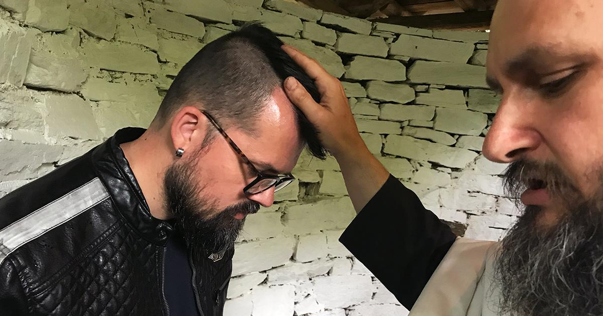 Zegen en gebeden voorafgaand aan de doop door Fr. Pavlos