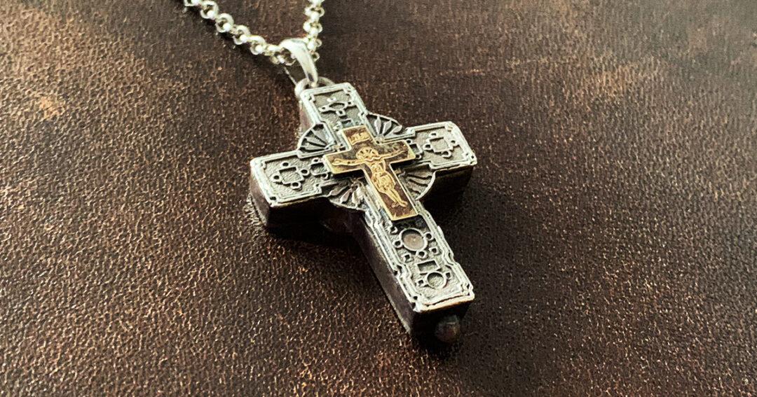 Kruis met botfragment martelaar Ntaou Penteli