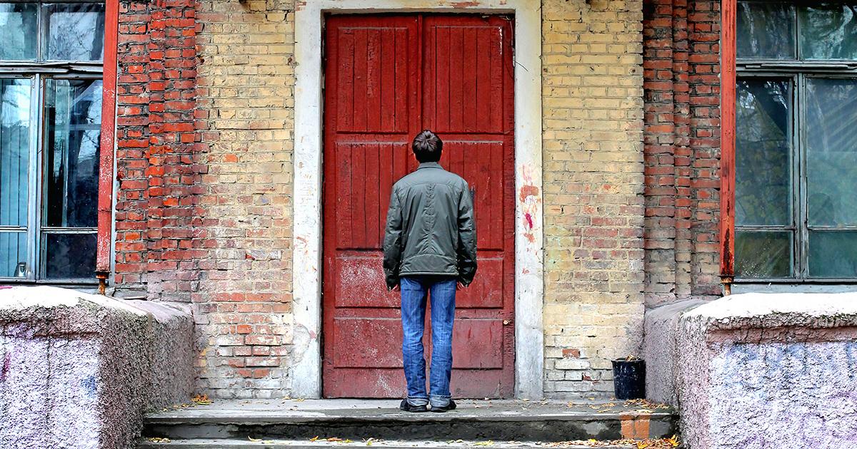 Man-voor-een-gesloten-deur