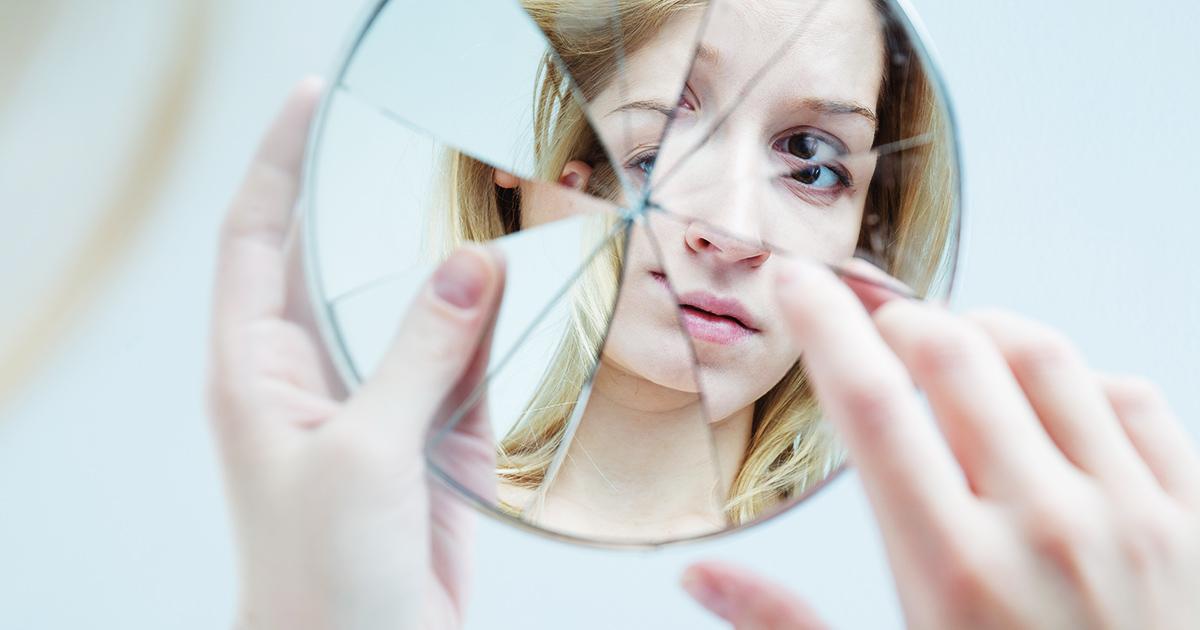 Kijkend-in-een-gebroken-spiegel